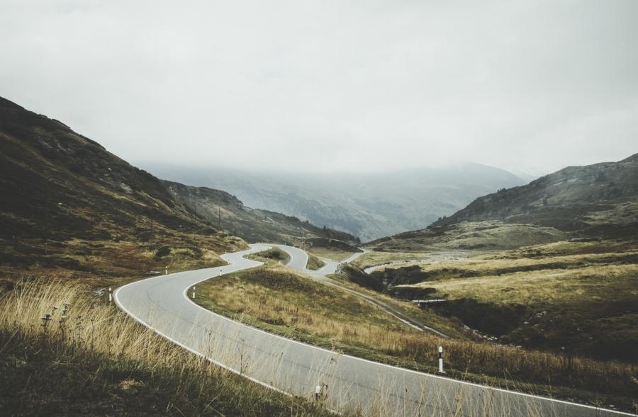 Kurvenreiche Bergstraßen, davon träumen Motorradfahrer auf der ganzen Welt.