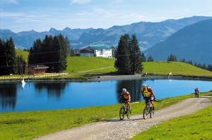 Zwei Mountainbiker radeln im Wilden Kaiser